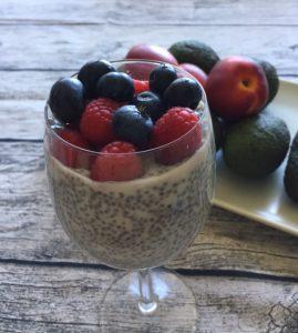 Bild på chiapudding med blåbär och hallon