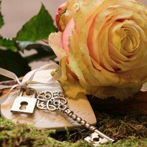 Bild av nyckel och rosor